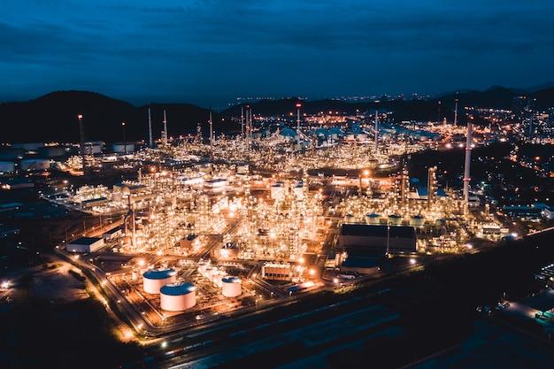 Vista aerea della raffineria di petrolio nell'industria industriale a tempo crepuscolare di sera Foto Premium