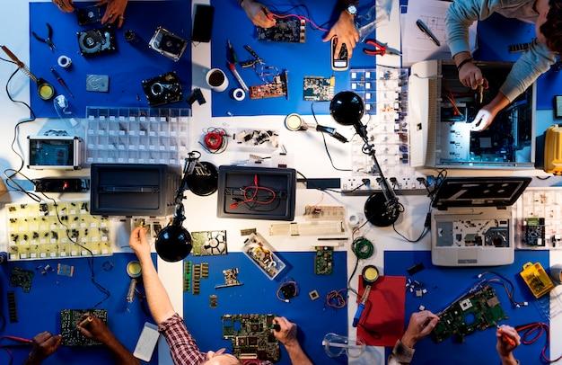 Vista aerea della squadra di tecnici dell'elettronica che lavora alle parti del computer Foto Premium