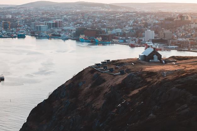 Vista aerea delle costruzioni della città sulla montagna marrone durante il giorno Foto Gratuite
