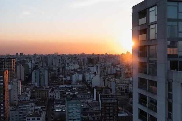 Vista aerea dello spazio urbano con il primo piano della costruzione Foto Gratuite