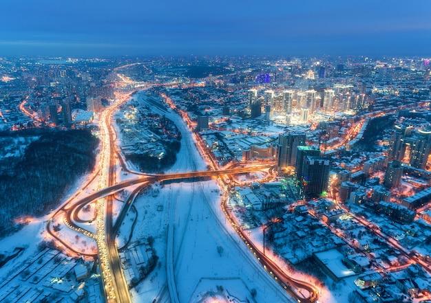 Vista aerea di bella città moderna alla notte fredda in inverno Foto Premium