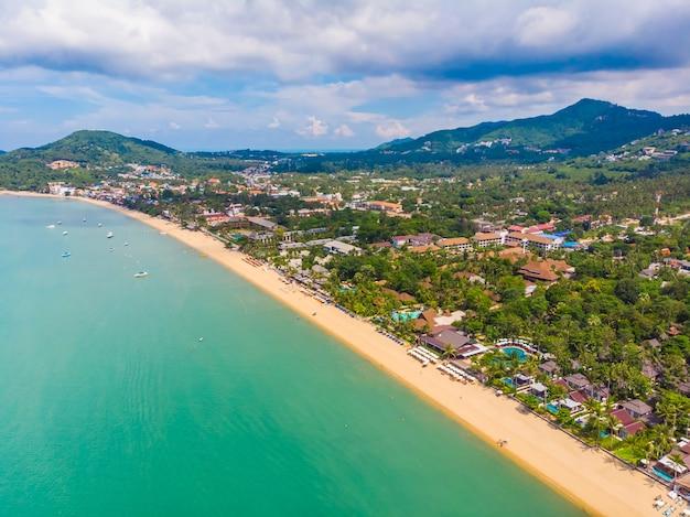 Vista aerea di belle spiaggia e mare tropicali con la palma e l'altro albero nell'isola del koh samui Foto Gratuite
