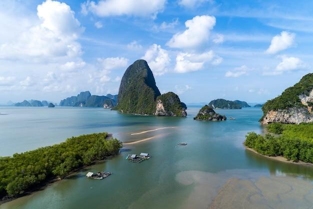 Vista aerea di bello paesaggio nella baia di phang nga con la foresta e le colline dell'albero della mangrovia nel mare delle andamane phang nga tailandia Foto Premium