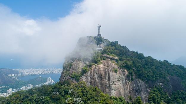 Vista aerea di cristo redentore, statua del cristo redentore sulla città di rio de janeiro, brasile Foto Premium
