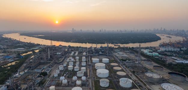 Vista aerea di panorama sopra la raffineria di petrolio e il fiume a tempo crepuscolare. Foto Premium