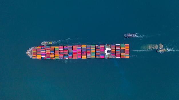 Vista aerea di trasporto del contenitore della nave porta-container, importazione ed esportazione di affari logistica e trasporto dell'internazionale dalla nave porta-container nel mare aperto, con lo spazio della copia. Foto Premium