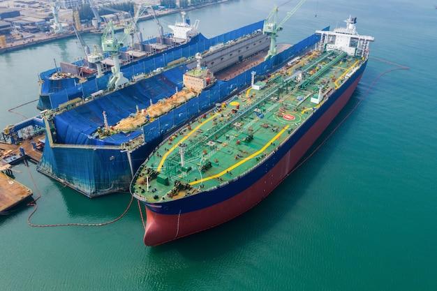 Vista aerea di un cantiere navale che ripara un grande serbatoio dell'olio della nave sul mare tailandia Foto Premium