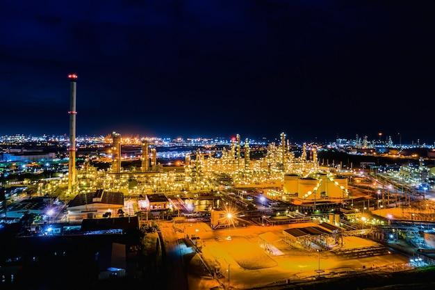 Vista aerea. fabbrica di raffineria di petrolio e serbatoio di stoccaggio di petrolio al crepuscolo e alla notte Foto Premium