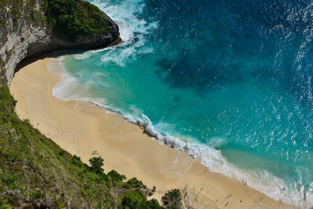 Vista aerea meravigliosa stupefacente della spiaggia della spiaggia a nusa penida, isola di bali, indonesia. Foto Premium