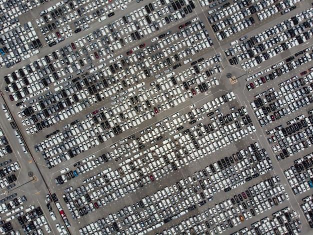 Vista aerea sul grande parcheggio esterno con molti nuovi veicoli. Foto Premium