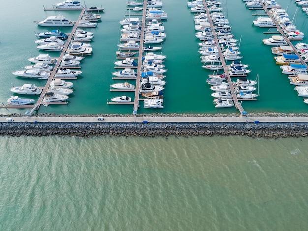 Vista aerea sul porto con yacht di lusso - porto di barche a vela, molti splendidi yacht a vela ormeggiati nel porto marittimo. Foto Premium