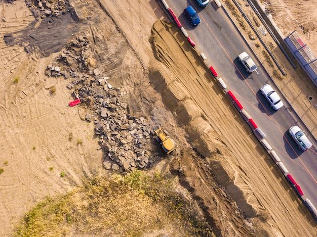 Vista aerea superiore del terreno di scavo giallo lavoro bulldozer Foto Premium