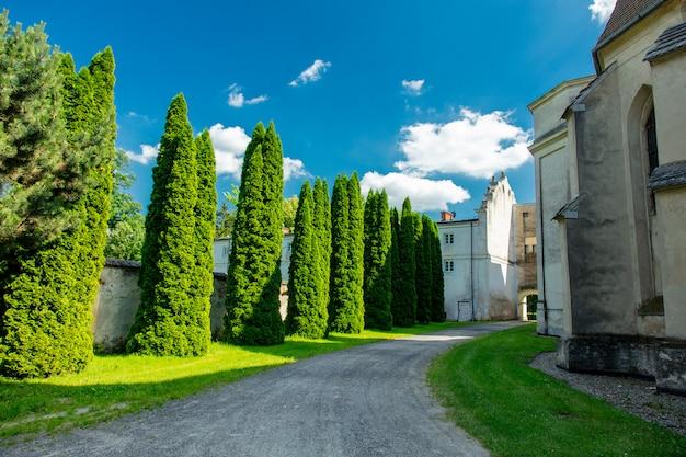 Vista all'abbazia e al monastero a henrykow, polonia Foto Premium