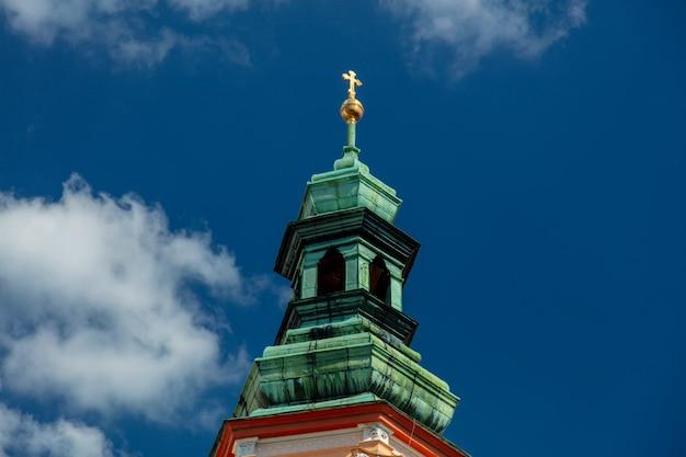 Vista alla torre del monastero e dell'abbazia con l'incrocio a henrykow, polonia Foto Premium