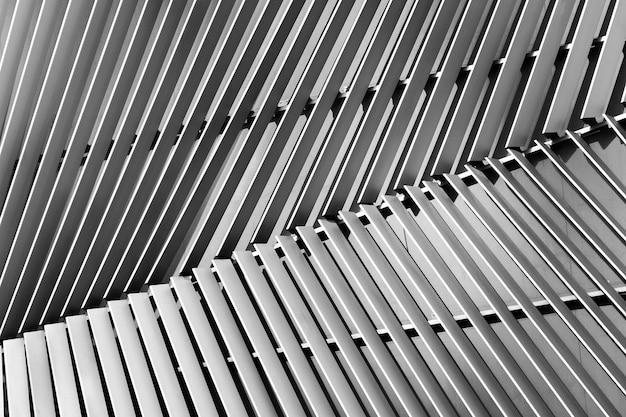 Vista astratta del primo piano di argento moderno arieggiato su costruzione Foto Premium