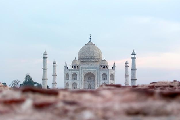 Vista atipica della famosa tomba di taj mahal a agra india Foto Premium