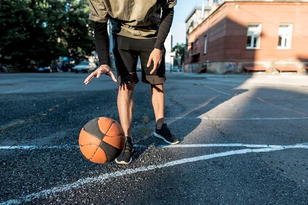 Vista bassa uomo con un pallone da basket Foto Gratuite