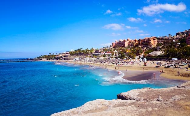 Vista costiera della spiaggia di el duque in costa adeje, tenerife, isole canarie, spagna. Foto Premium