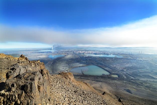 Vista da un picco di montagna in una città industriale Foto Premium