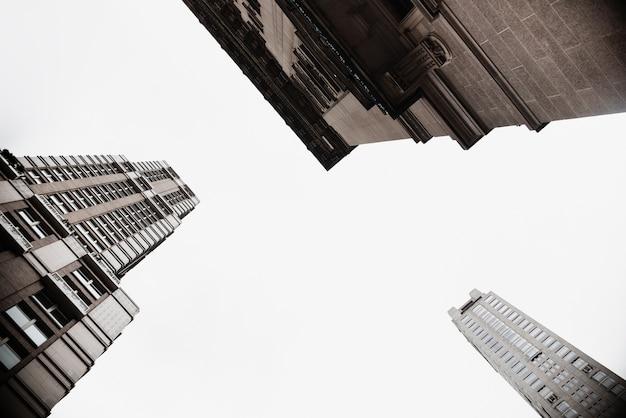 Vista dal basso degli edifici in ambiente urbano Foto Gratuite