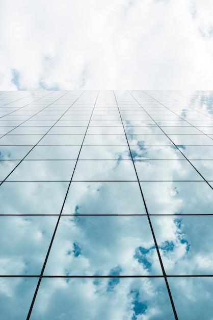 Vista dal basso dell'edificio in vetro alto Foto Gratuite