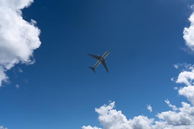 Vista dal basso di un aeroplano nel cielo Foto Premium
