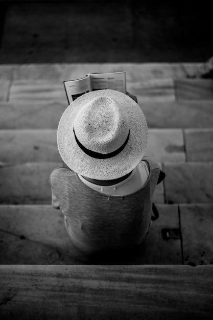 Vista dall 39 alto della persona con il cappello di lettura for Foto di un libro