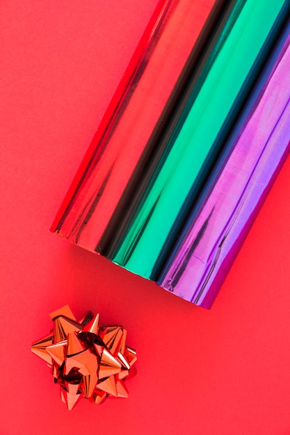 Vista Dallalto Di Carte Da Imballaggio Glitter E Fiocco Su Sfondo