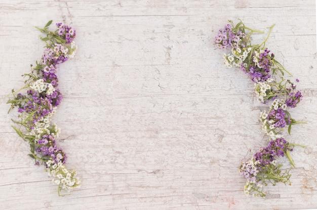 Vista dall'alto di sfondo danneggiato con i fiori Foto Gratuite