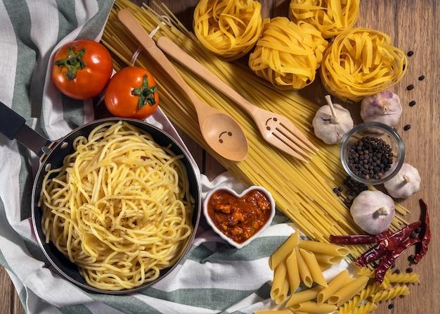Vista Dall Alto Di Vari Ingredienti Per Spaghetti Alla Bolognese In