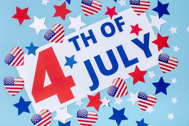 Vista dall'alto 4 del segno di luglio con stelle e cuori Foto Gratuite
