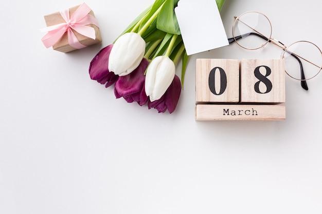 Vista dall'alto 8 marzo lettering con tulipani e copia spazio Foto Gratuite