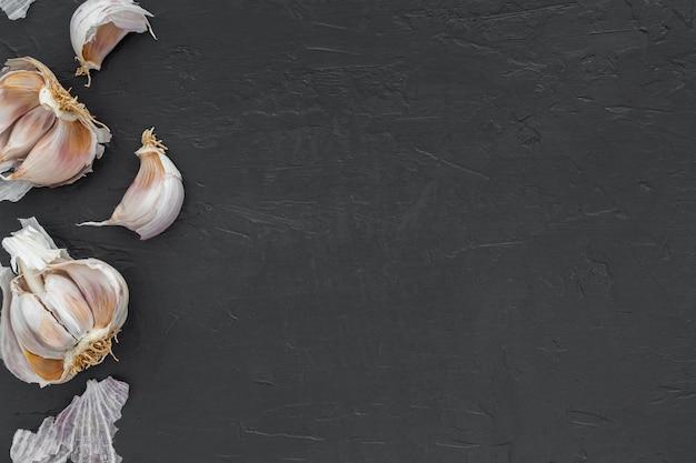 Vista dall'alto aglio biologico con spazio di copia Foto Gratuite