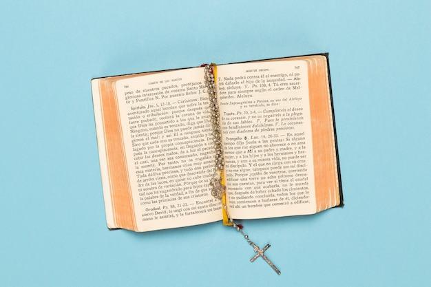 Vista dall'alto aperto libro sacro con collana Foto Gratuite
