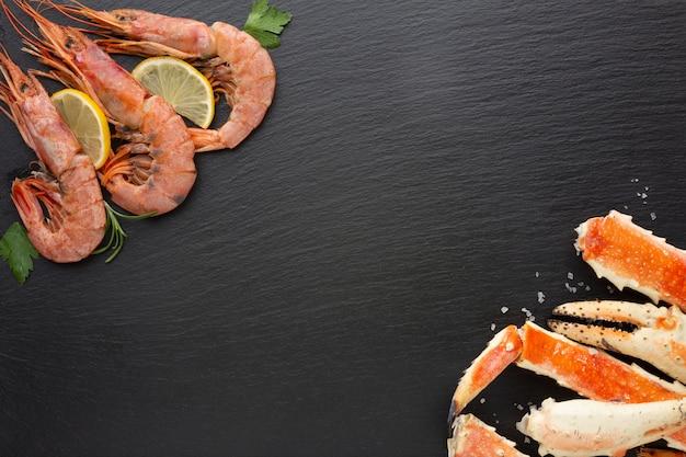 Vista dall'alto aragoste e gamberi al limone Foto Gratuite