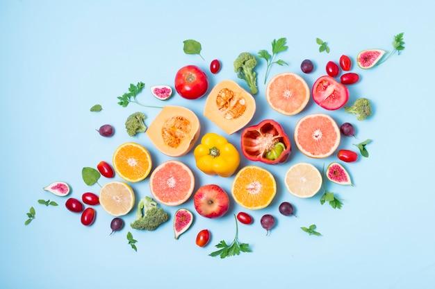 Vista dall'alto assortimento di frutta e verdura biologica Foto Gratuite