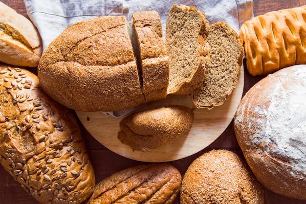 Vista dall'alto assortimento di pane a fette Foto Gratuite