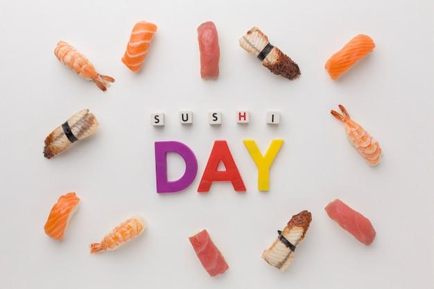 Vista dall'alto assortimento di sushi sul tavolo Foto Gratuite