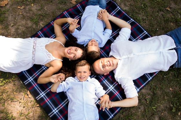 Vista dall'alto bambini che trascorrono del tempo con i genitori Foto Gratuite