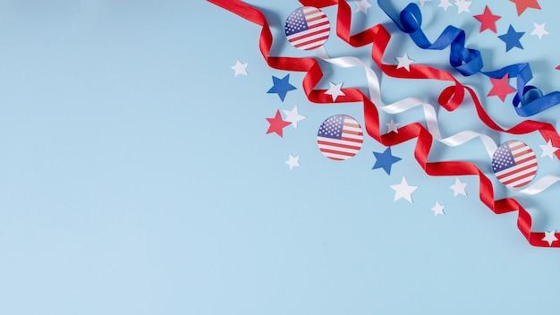 Vista dall'alto bandiera usa, nastri e stelle con copia-spazio Foto Gratuite