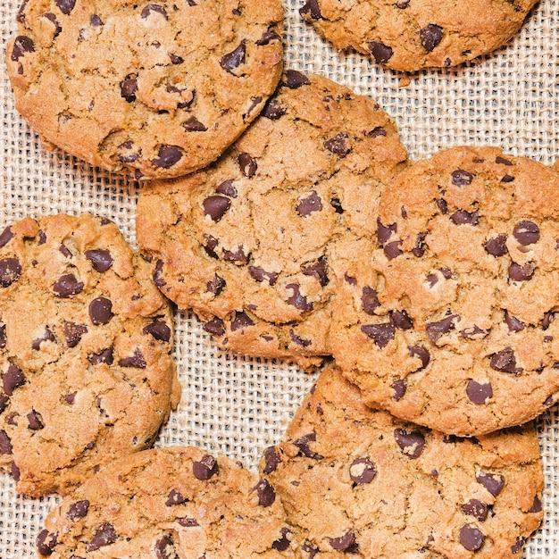 Vista dall'alto biscotti al cioccolato su un panno di agave Foto Gratuite