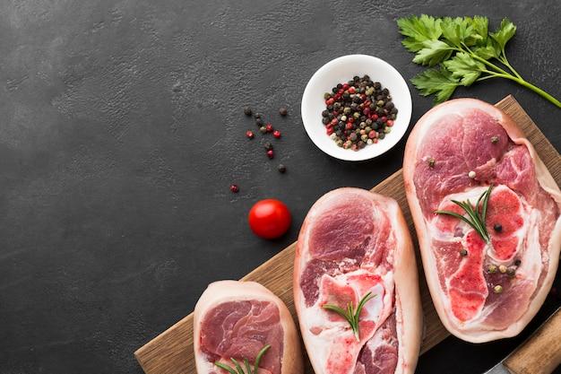 Vista dall'alto bistecche fresche pronte per essere cotte Foto Gratuite