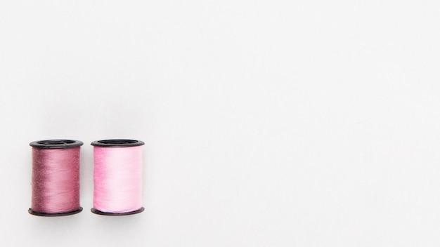 Vista dall'alto bobine di filato in colori pastello Foto Gratuite