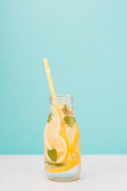 Vista dall'alto bottiglia di limonata con paglia Foto Gratuite