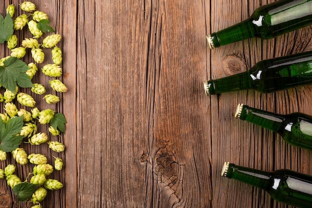 Vista dall'alto bottiglie di birra con ingredienti Foto Gratuite