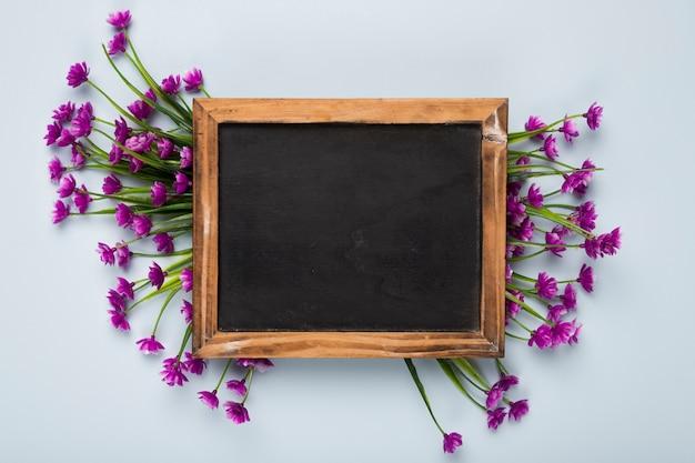 Vista dall'alto bouquet di fiori con cornice Foto Gratuite