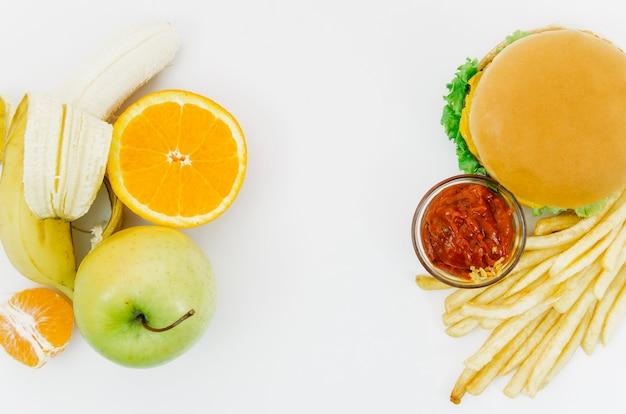 Vista dall'alto burguer vs frutta Foto Gratuite