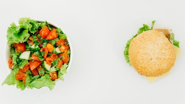 Vista dall'alto burguer vs insalata Foto Gratuite