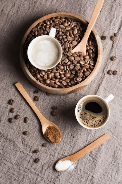 Vista dall'alto caffè e latte in tazze bianche con fagioli arrostiti Foto Gratuite