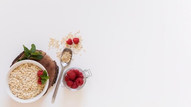 Vista dall'alto cereali e lamponi Foto Gratuite